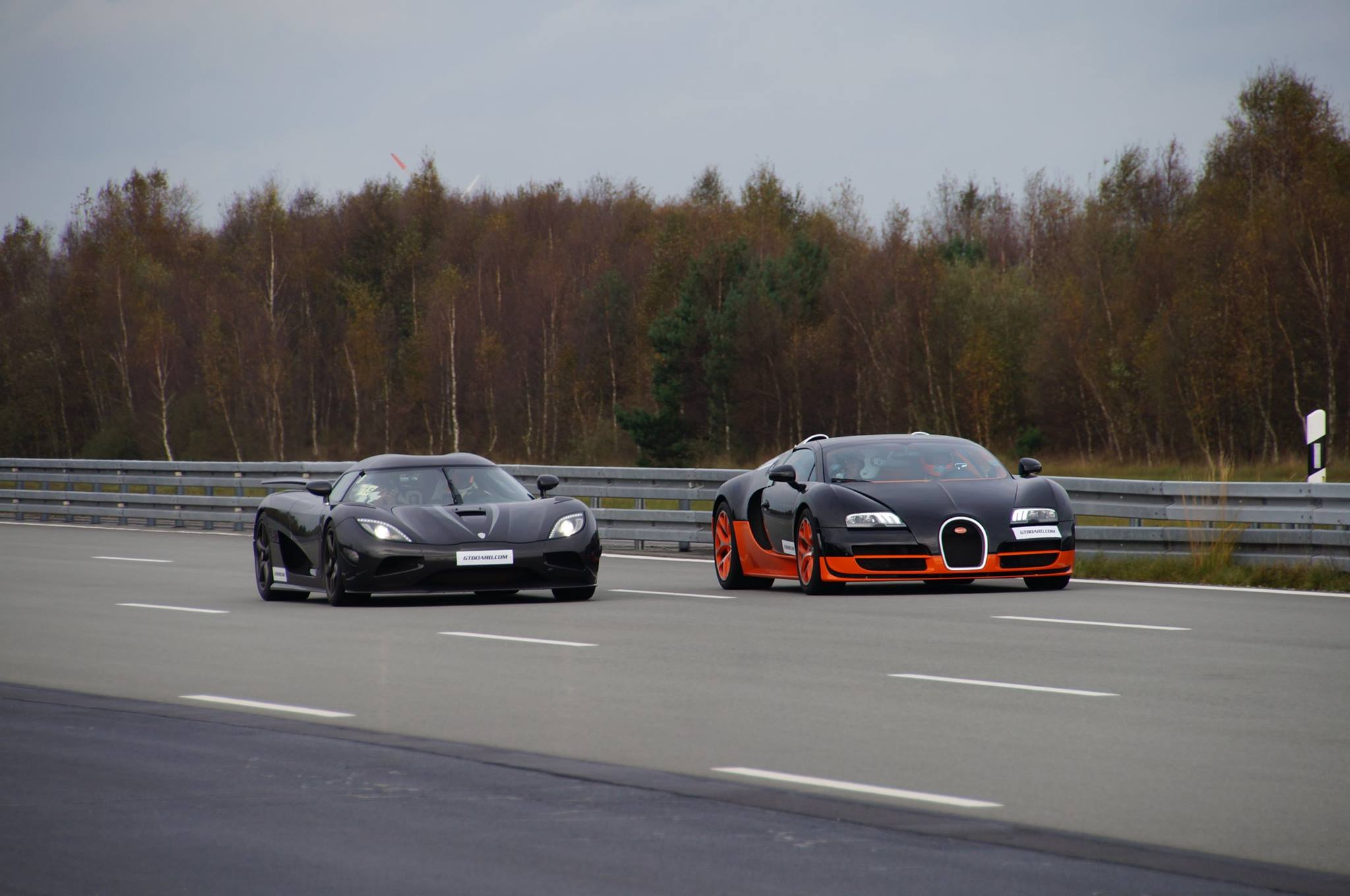 Video Koenigsegg Agera R Vs Bugatti Veyron Vitesse Race To ...