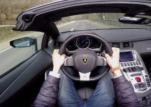 [Video] Kruip achter het stuur van een Aventador Roadster!