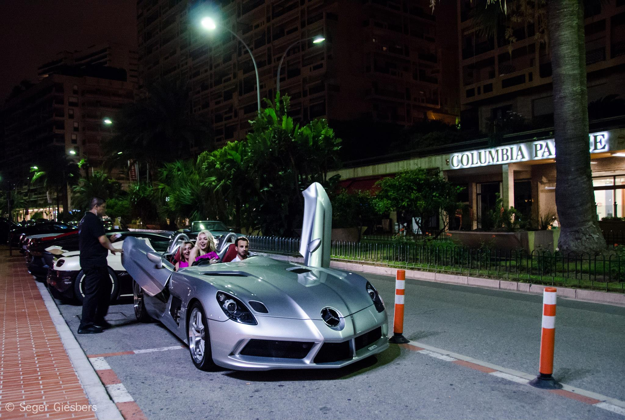 Two girls and a guy in a Mercedes-Benz SLR Stirling Moss - www.hartvoorautos.nl