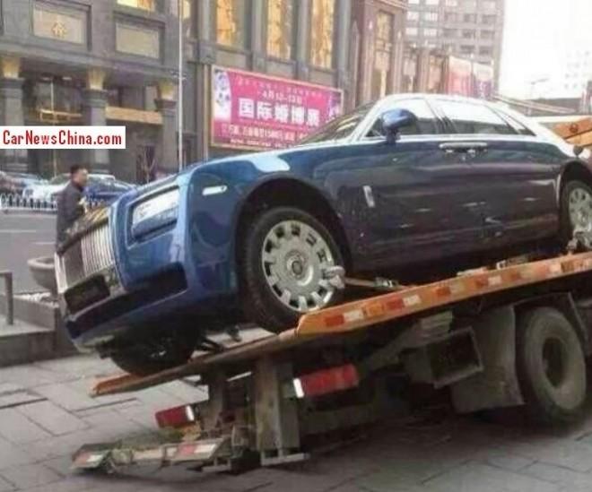 Rolls-Royce Ghost valt bijna van sleepwagen - www.hartvoorautos.nl