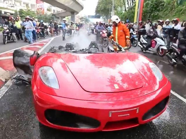 Ferrari F430 in brand