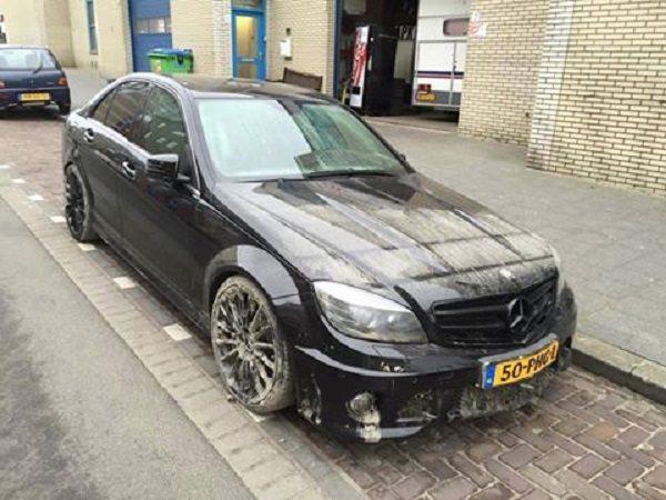 Mercedes-Benz C63 AMG neemt duik in sloot