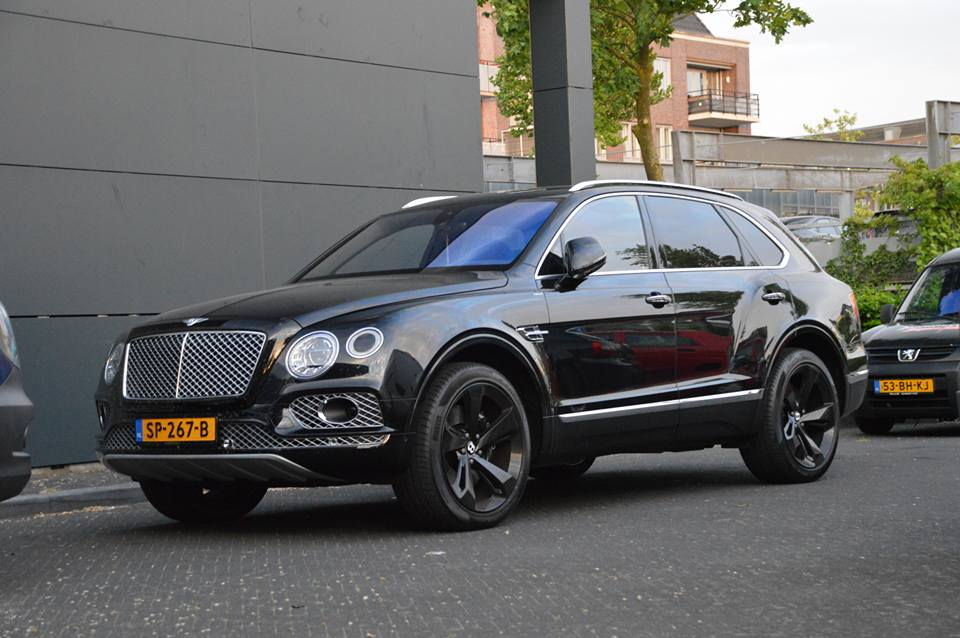 gespot ali b en zijn bentley bentayga t w v. Black Bedroom Furniture Sets. Home Design Ideas