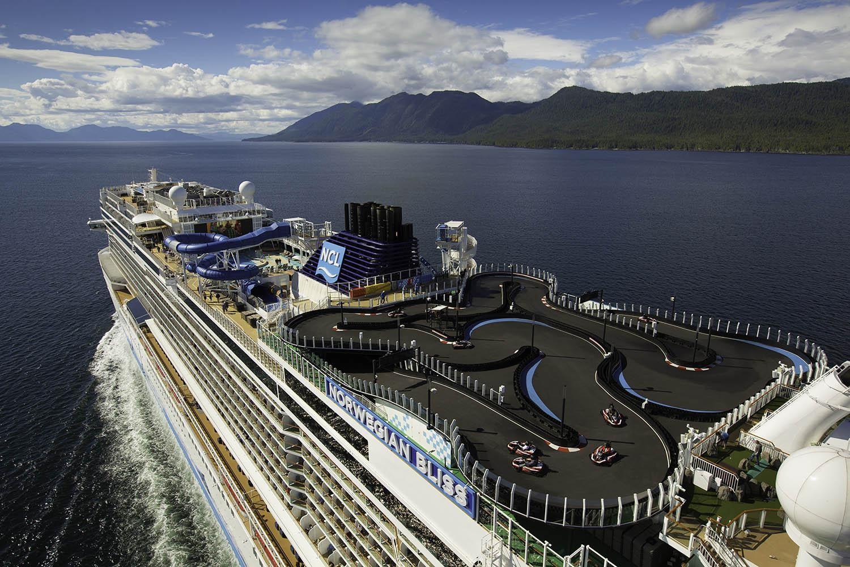 Langs de Noorse Fjorden in deze cruiseschip met een outdoor kartbaan