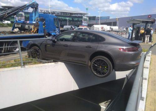 Porsche Panamera bungelt boven parkeergarage in Gent